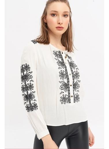 ESQ Siyah Nakışlı Çıtçıtlı Bluz Beyaz